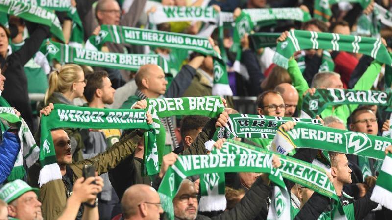 Die Fans singen die Werder Hymne. Foto: Carmen Jaspersen/dpa