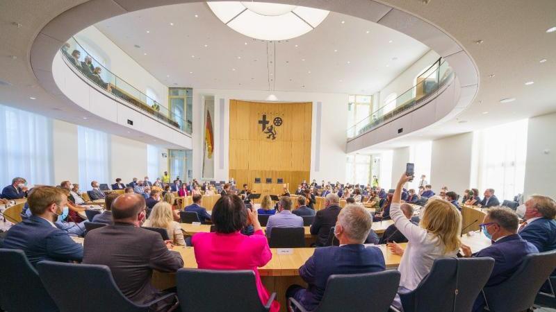 Die Abgeordneten sitzen im Landtag von Rheinland-Pfalz. Foto: Andreas Arnold/dpa