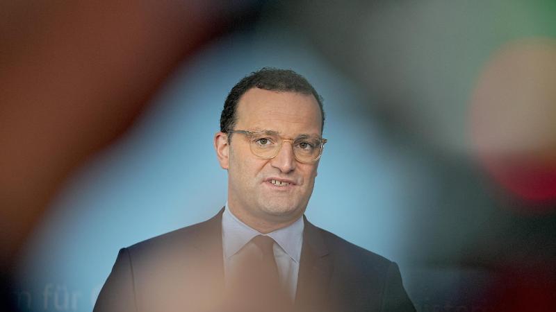 Jens Spahn (CDU), Bundesminister für Gesundheit, spricht bei einem Pressestatement nach den Beratung über ein einheitliches Vorgehen bei Verdienstausfall-Entschädigungen wegen Quarantäne im Rahmen der Corona-Pandemie. Foto: Michael Kappeler/dpa