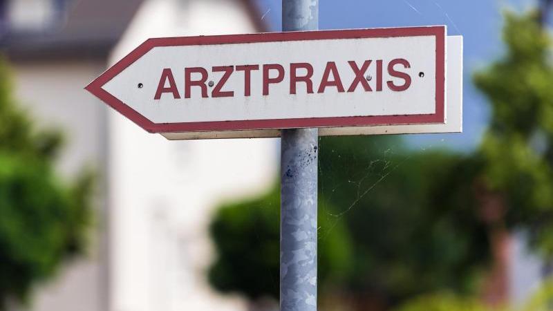 """Ein Schild """"Arztpraxis"""" steht an der Straße. Foto: Soeren Stache/dpa-Zentralbild/dpa/Symbolbild"""