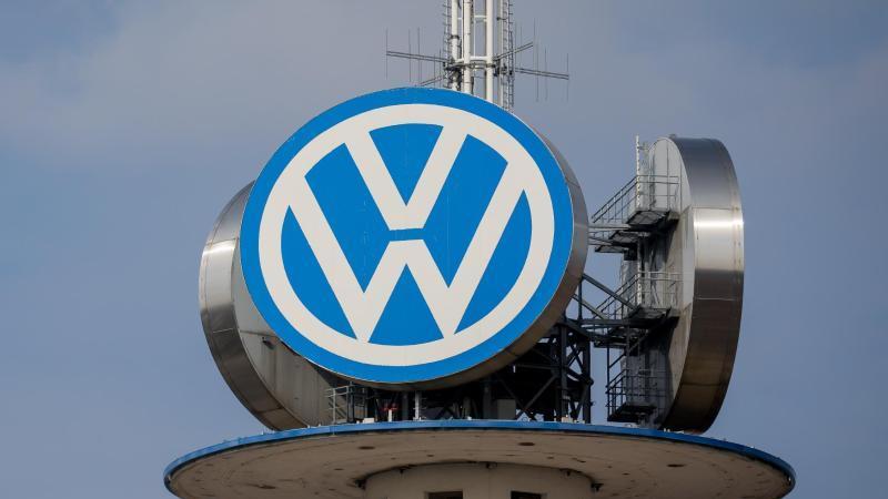 Das Logo des Automobilherstellers Volkswagen ist am VW-Tower in Hannover zu sehen. Foto: Moritz Frankenberg/dpa/Symbolbild