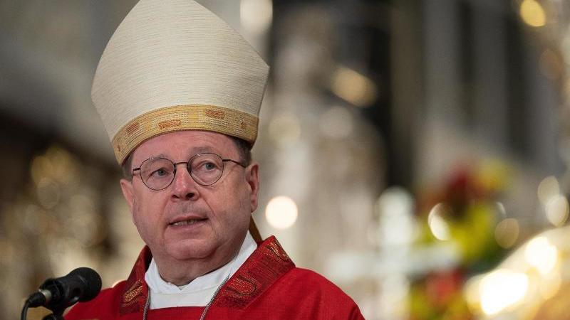 Georg Bätzing, Vorsitzender der Deutschen Bischofskonferenz, hält die Predigt. Foto: Sebastian Gollnow/dpa/archivbild