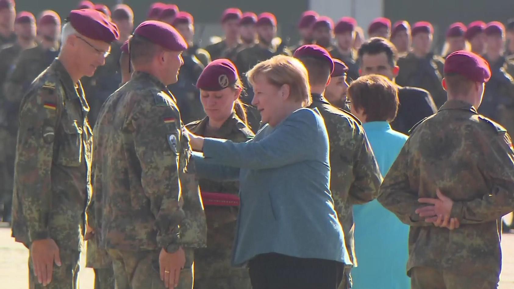 Bundeskanzlerin Angela Merkel zeichnet Soldaten für ihren Afghanistan-Einsatz aus.
