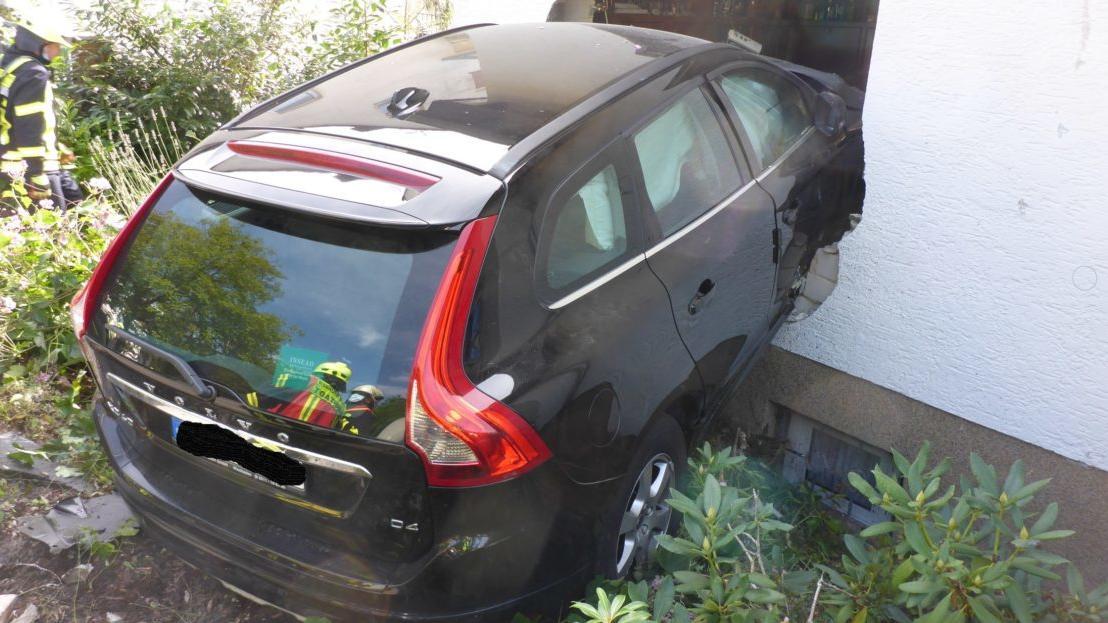 Das Auto bohrte sich regelrecht in die Hauswand in Schlangenbad bei Wiesbaden.