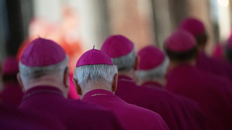 Bischöfe nehmen an einem Gottesdienst teil. Foto: Sebastian Gollnow/dpa/Archivbild