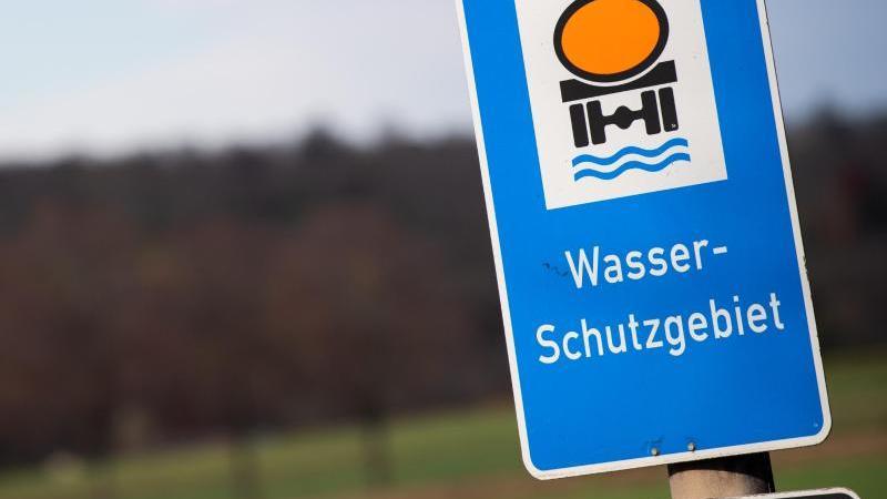 """Ein Schild mit der Aufschrift """"Wasserschutzgebiet"""". Foto: Tom Weller/dpa/Symbolbild"""