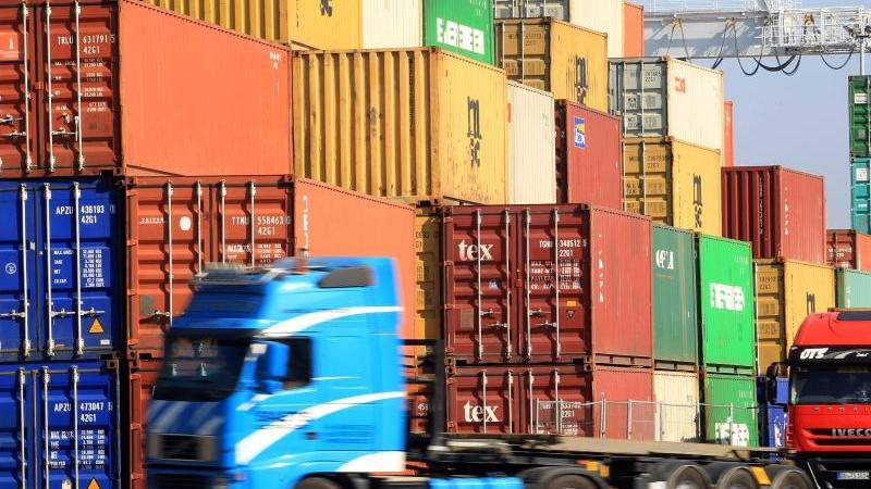 Im Containerhafen in Duisburg Ruhrort werden Container verladen. Foto: Roland Weihrauch/dpa/Archivbild