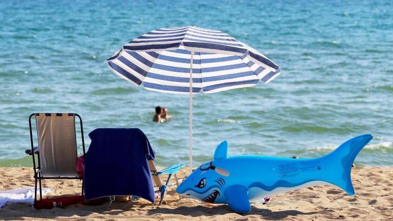 Strand in Palma: Mallorca dürfte in den Herbstferien wieder zu den Top-Zielen für den Familienurlaub zählen. Foto: Clara Margais/dpa/dpa-tmn