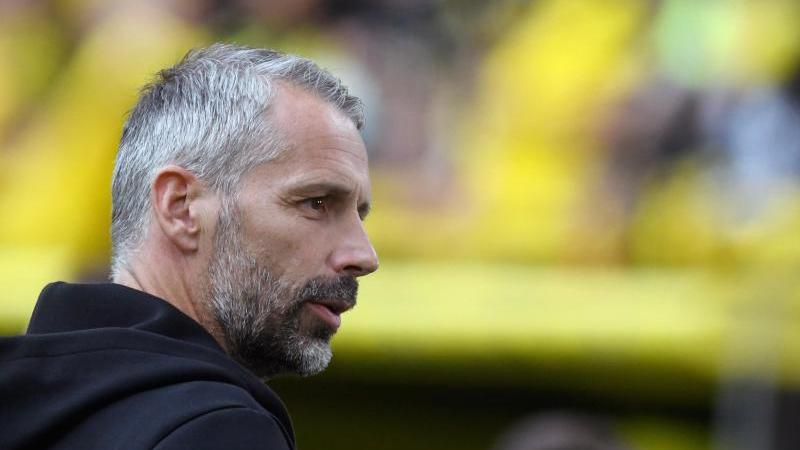 Dortmunds Trainer Marco Rose steht im Stadion.