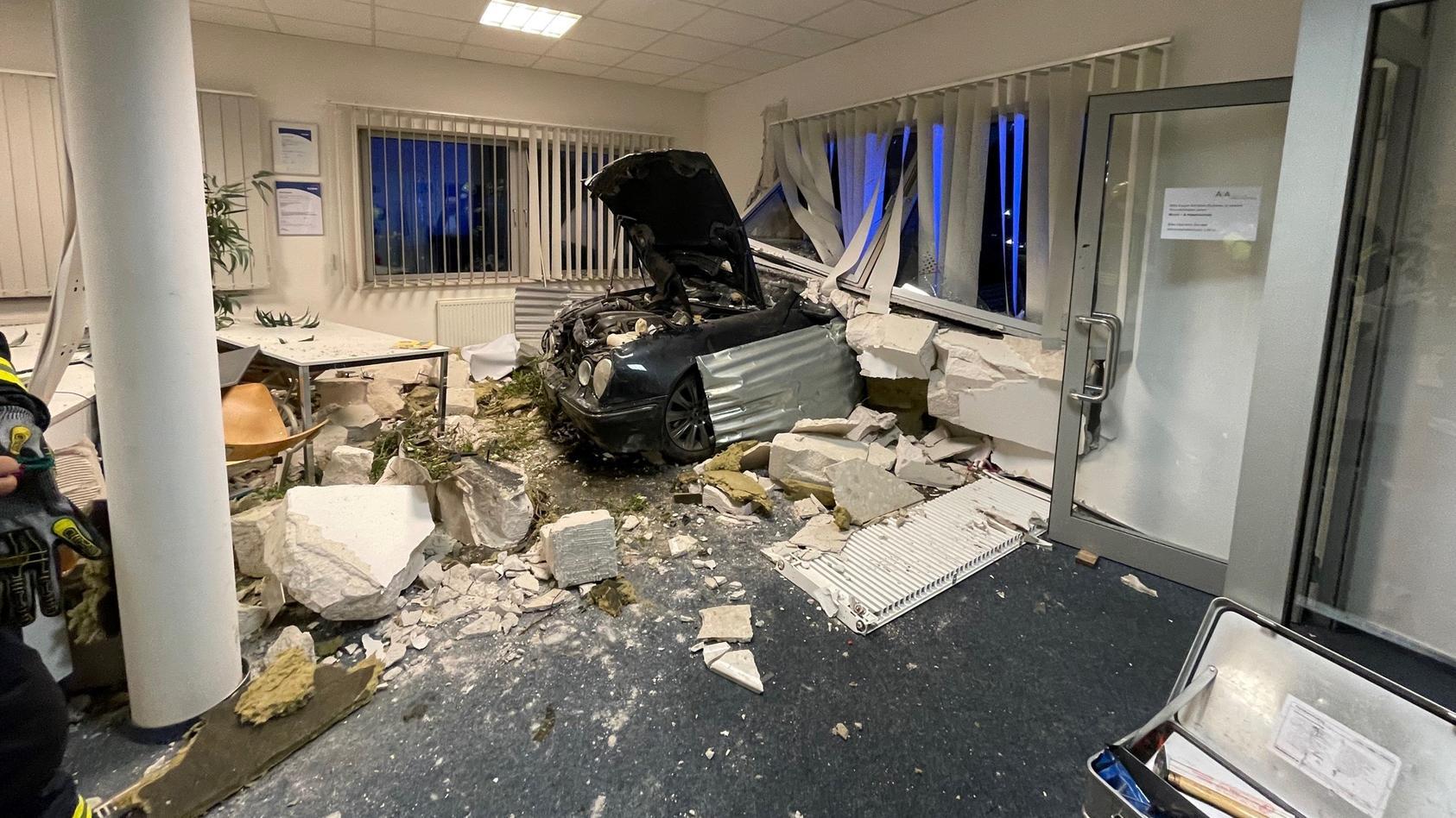 Ein 21-Jähriger Edewechter kracht mit seinem Mercedes mitten in ein Büro.
