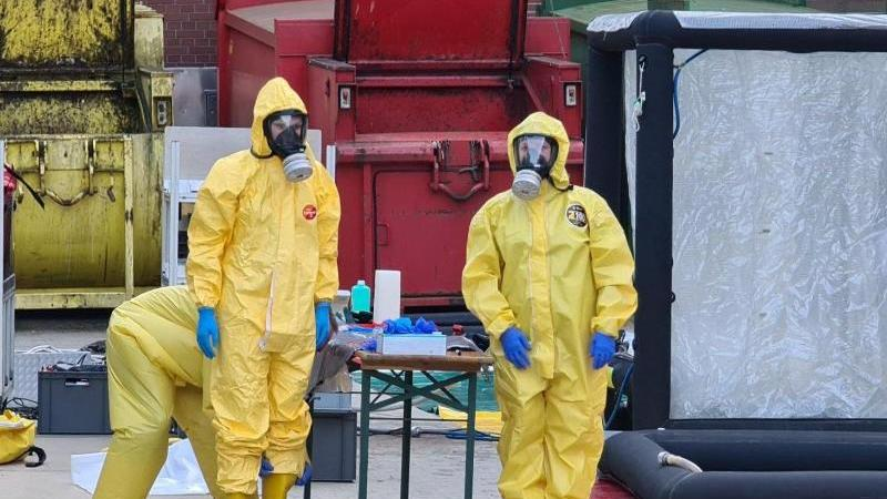 Helfer bauen vor einer Klinik eine Dekontaminationsschleuse auf. Foto: NMW-TV/dpa/Archivbild