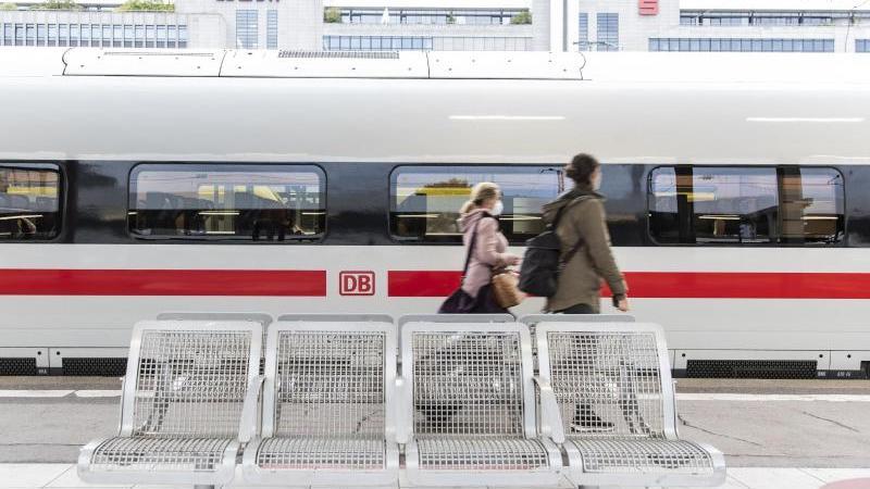 Zwei Frauen gehen am Bahnhof an einemICE vorbei. Foto: Tom Weller/dpa/Symbolbild