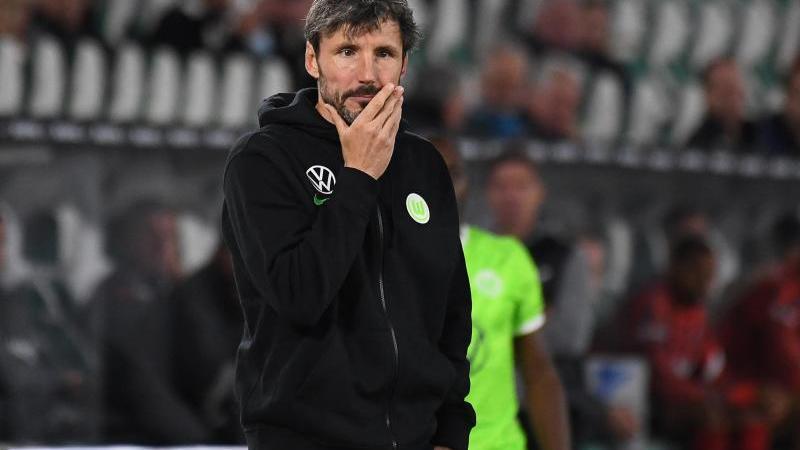 Wolfsburgs Trainer Mark van Bommel steht am Spielfeldrand. Foto: Swen Pförtner/dpa/Archivbild