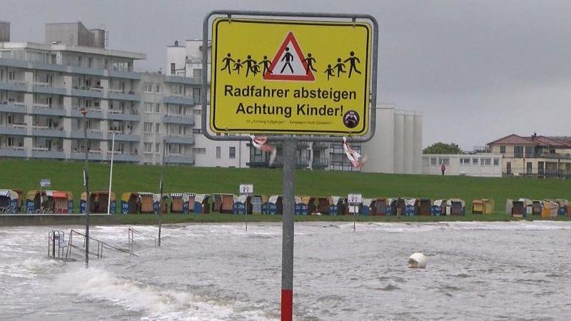 In Cuxhaven schlägt das Wasser der Nordsee an den Strand. Foto: -/Nord-West-Media-TV/dpa