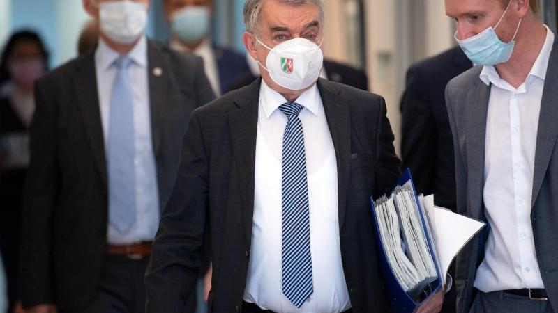 Herbert Reul (CDU) Innenminister von Nordrhein-Westfalen, im Landtag zu einer Sitzung. Foto: Federico Gambarini/dpa