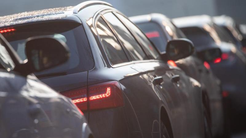 Autos stehen im Stau. Foto: Sebastian Gollnow/dpa/Symbolbild