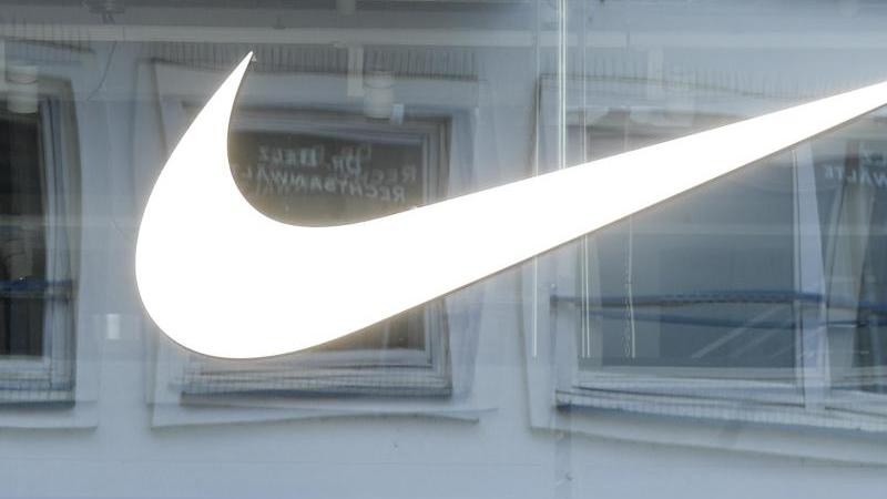 Das Geschäft von Nike wächst mit den Lockerungen von Corona-Beschränkungen. Foto: Axel Heimken/dpa