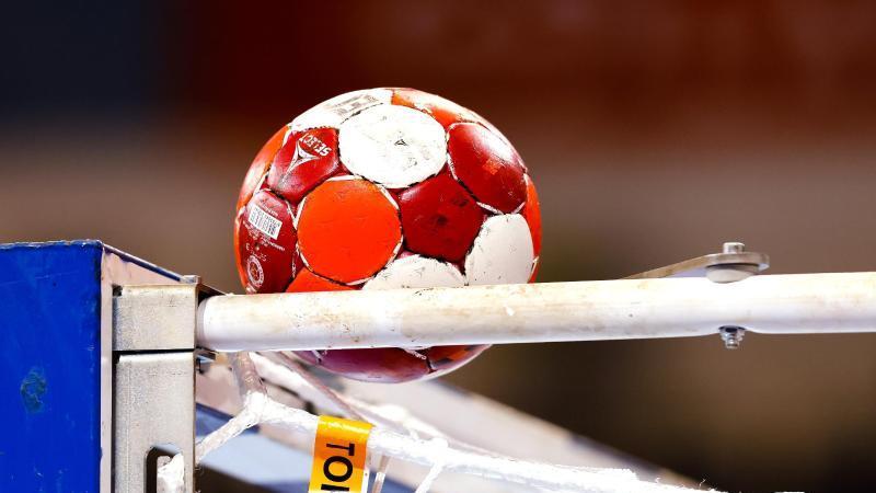 Ein Handball liegt auf einem Tor. Foto: Frank Molter/dpa/Symbolbild