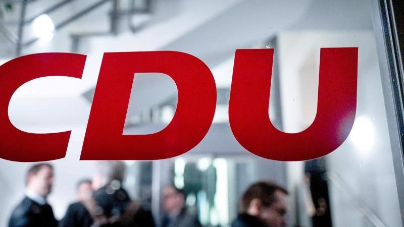 Das Logo der CDU steht an der Eingangstür der Geschäftsstelle in Düsseldorf. Foto: Fabian Strauch/dpa/Symbolbild