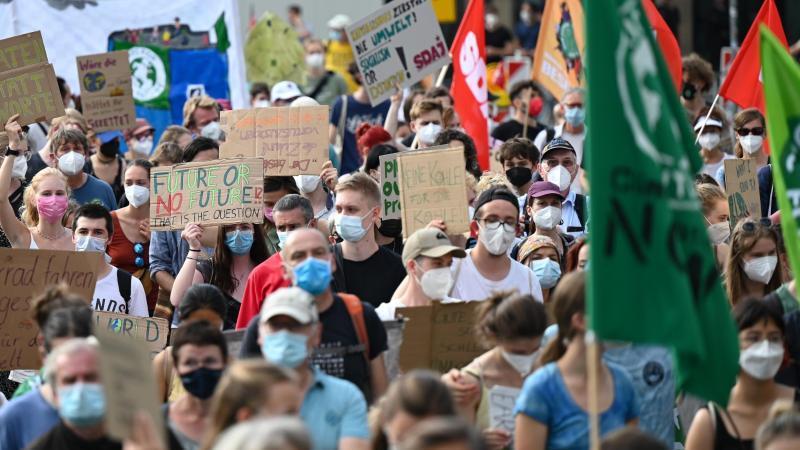 Zahlreiche Demonstranten bei einem Klimastreik von Fridays for Future. Foto: Arne Dedert/dpa/Symbolbild
