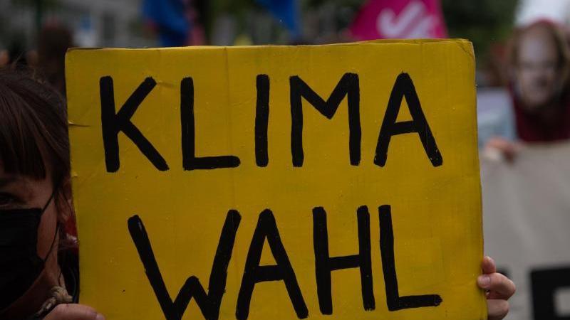 """""""Klimawahl"""" steht auf dem Plakat einer Teilnehmerin an einer Demonstration für mehr Klimaschutz. Foto: Paul Zinken/dpa/Archivbild"""