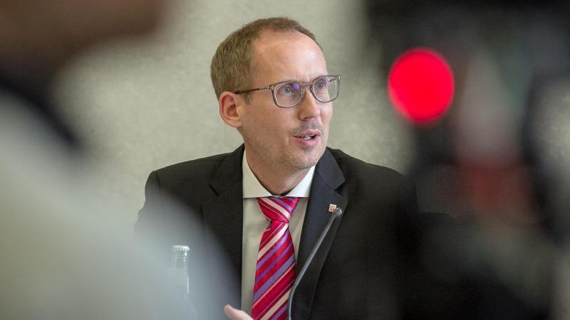 Der hessische Sozial- und Gesundheitsminister Kai Klose (Grüne) bei einer Pressekonferenz. Foto: Malte Glotz/VRM/dpa/Archiv