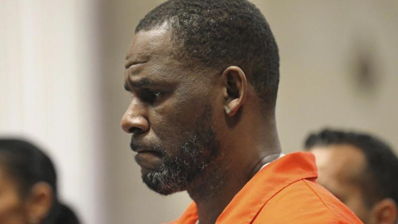 US-Sänger R. Kelly erscheint während einer Anhörung im Leighton Criminal Courthouse. Foto: Antonio Perez/Pool Chicago Tribune/AP/dpa