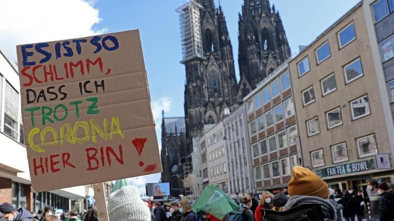 Demonstranten nehmen an einer Kundgebung der Bewegung Fridays For Future teil. Foto: Oliver Berg/dpa