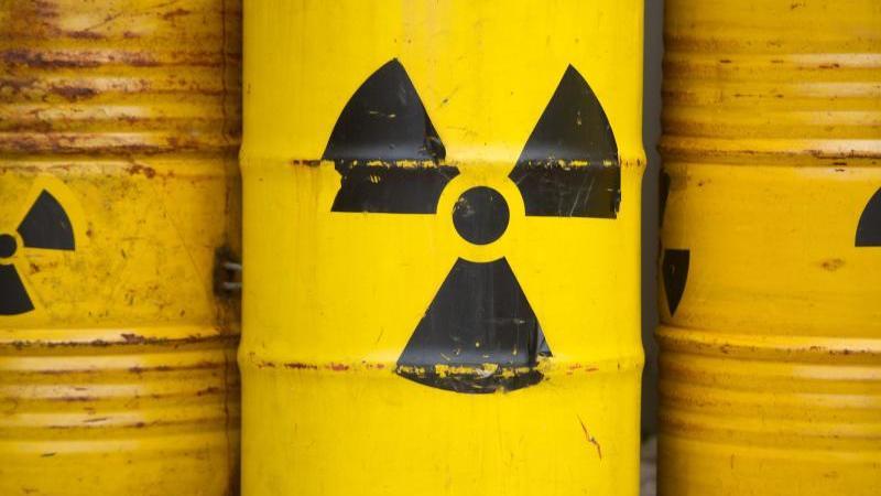 Gelbe Tonnen mit dem Zeichen für Radioaktivität. Foto: Sebastian Kahnert/dpa/Symbolbild