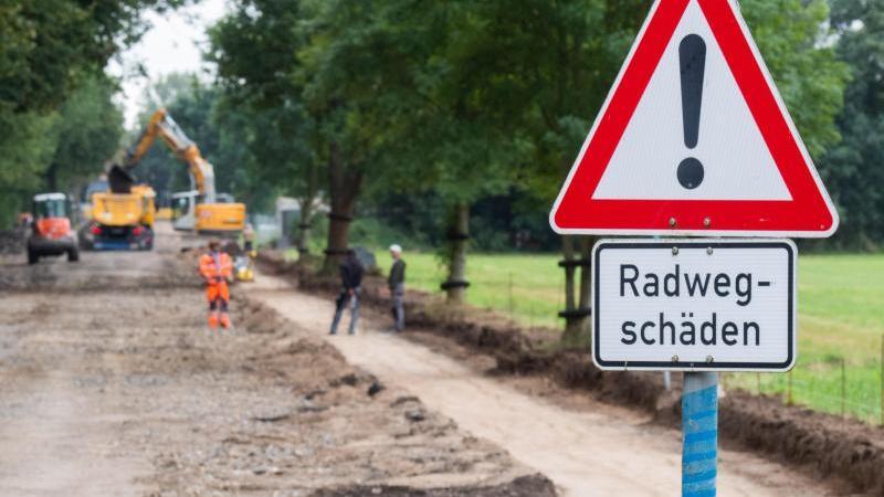Eine Straße und ein Radweg werden erneuert. Foto: Julian Stratenschulte/dpa/Archivbild