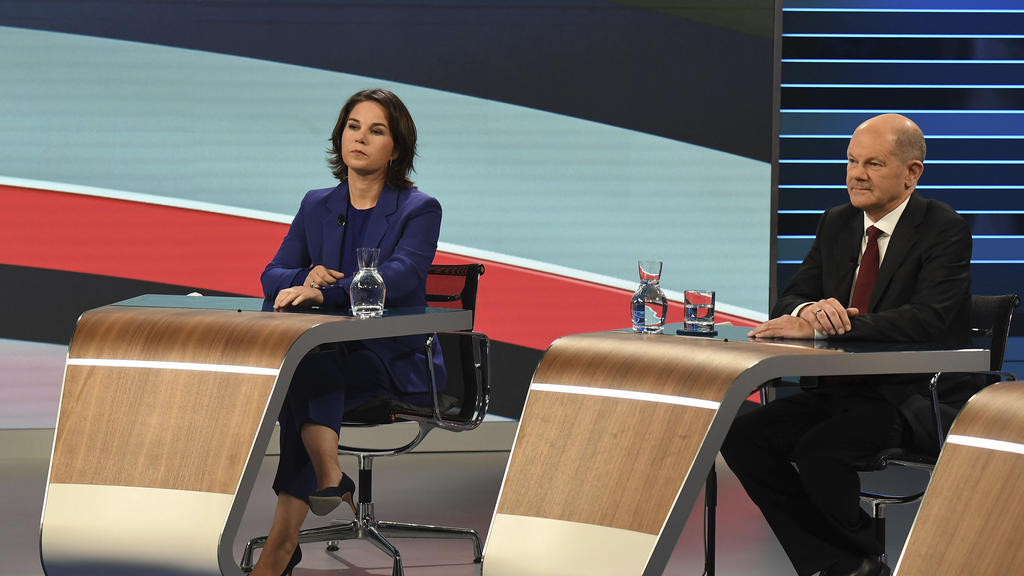 Candidates for the upcoming German election attend a final televised debate in Berlin, Thursday Sept. 23, 2021, ahead of the election on Sunday. Annalena Baerbock, Green Party co-leader, left, and Olaf Scholz, Finance Minister and SPD candidate. (Tob