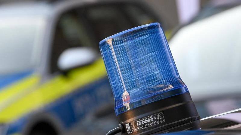 Ein Blaulicht ist auf dem Dach eines Einsatzfahrzeuges der Polizei zu sehen. Foto: Hendrik Schmidt/dpa-Zentralbild/dpa/Symbolbild