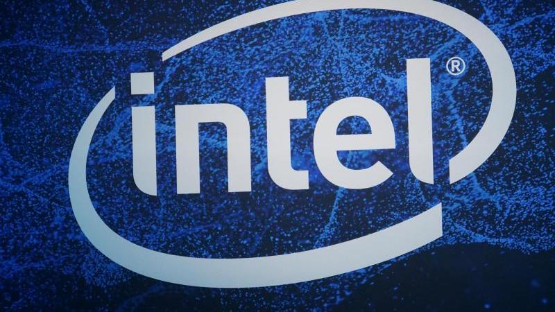 Ein Logo des US-Halbleiterherstellers Intel, aufgenommen auf der Elektronikmesse CES 2019. Foto: Christoph Dernbach/dpa