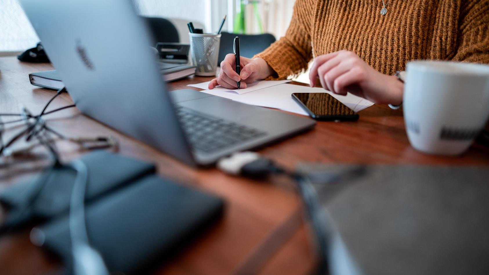 Beamte könnten auch im Quarantäne-Fall weiterhin ihr Geld behalten, werden aber auch aufgefordert, möglichst im Home-Office zu arbeiten.