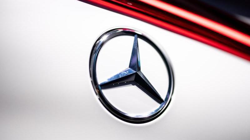 Der Autobauer Daimler steigt zur Versorgung seiner Elektroautos in die Batteriezell-Allianz der französischen Großkonzerne Stellantis und Totalenergies ein. Foto: Matthias Balk/dpa