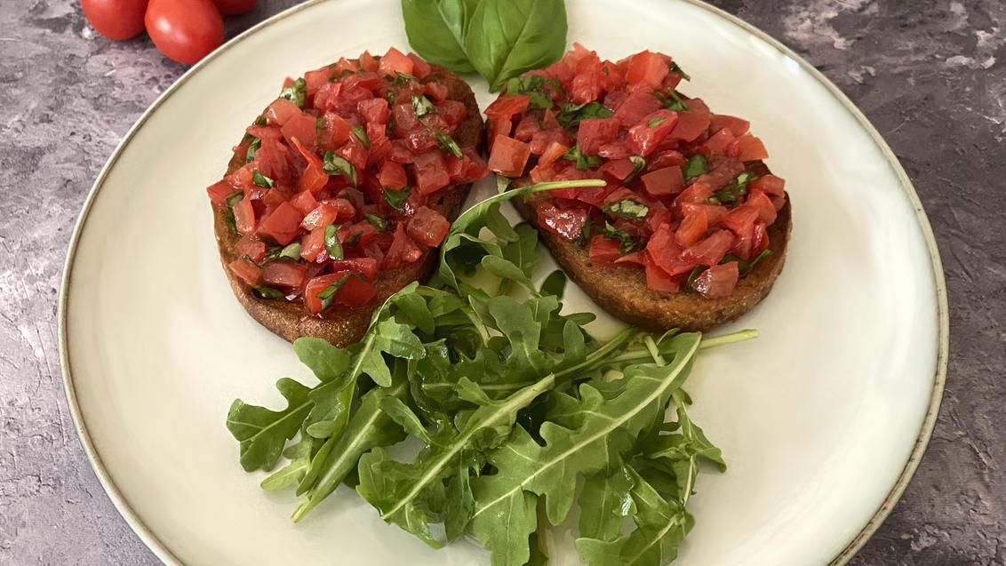 Butterbrot mal anders: Mit Tomaten und Rucola wird Brot zu einem gesunden, vitaminreichen Snack.
