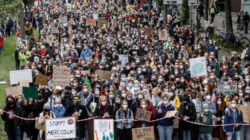 Menschen nehmen an einer Demonstration von Fridays for Future in Freiburg teil. Foto: Philipp von Ditfurth/dpa