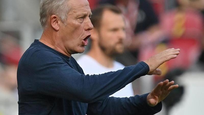 Trainer Christian Streich gestikuliert. Foto: Torsten Silz/dpa/Archivbild