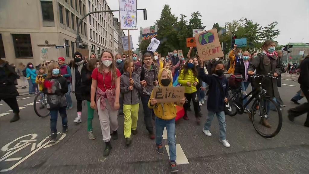 """""""Wir sind hier, wir sind laut, weil ihr uns die Zukunft klaut"""" ruft eine Gruppe Grundschüler beim Protestzug durch Hamburg."""