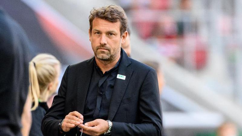 FCA-Trainer Markus Weinzierl geht über den Platz. Foto: Matthias Balk/dpa/Archivbild