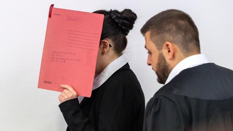 Die Angeklagte Jennifer W. betritt den Gerichtssaal. Foto: Peter Kneffel/dpa/Archivbild