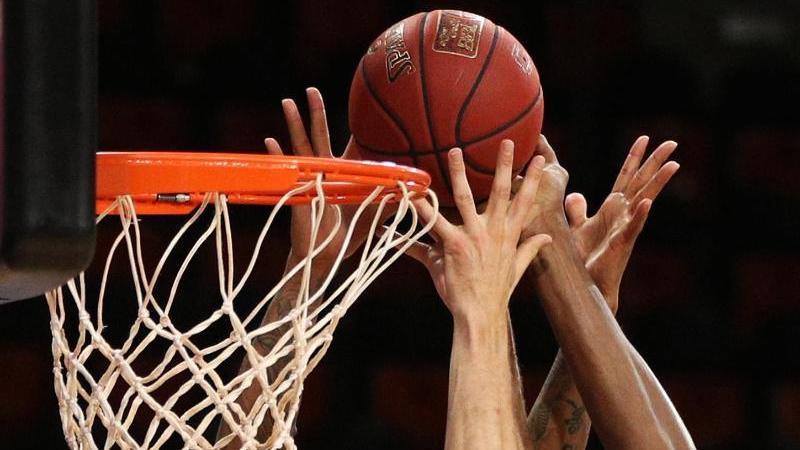 Spieler zweier Basketballmannschaften kämpfen um den Ball. Foto: Adam Pretty/Getty Images Europe/Pool/dpa/Symbolbild
