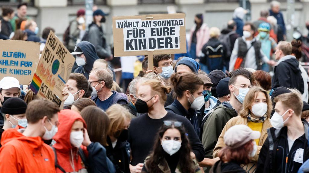 """24.09.2021,: Ein Demonstrant hält auf der Klimastreikdemonstration von """"Fridadys For Future"""" (FFF) ein Plakat mit der Aufschrift """"Wählt am Sonntag für eure Kinder""""."""