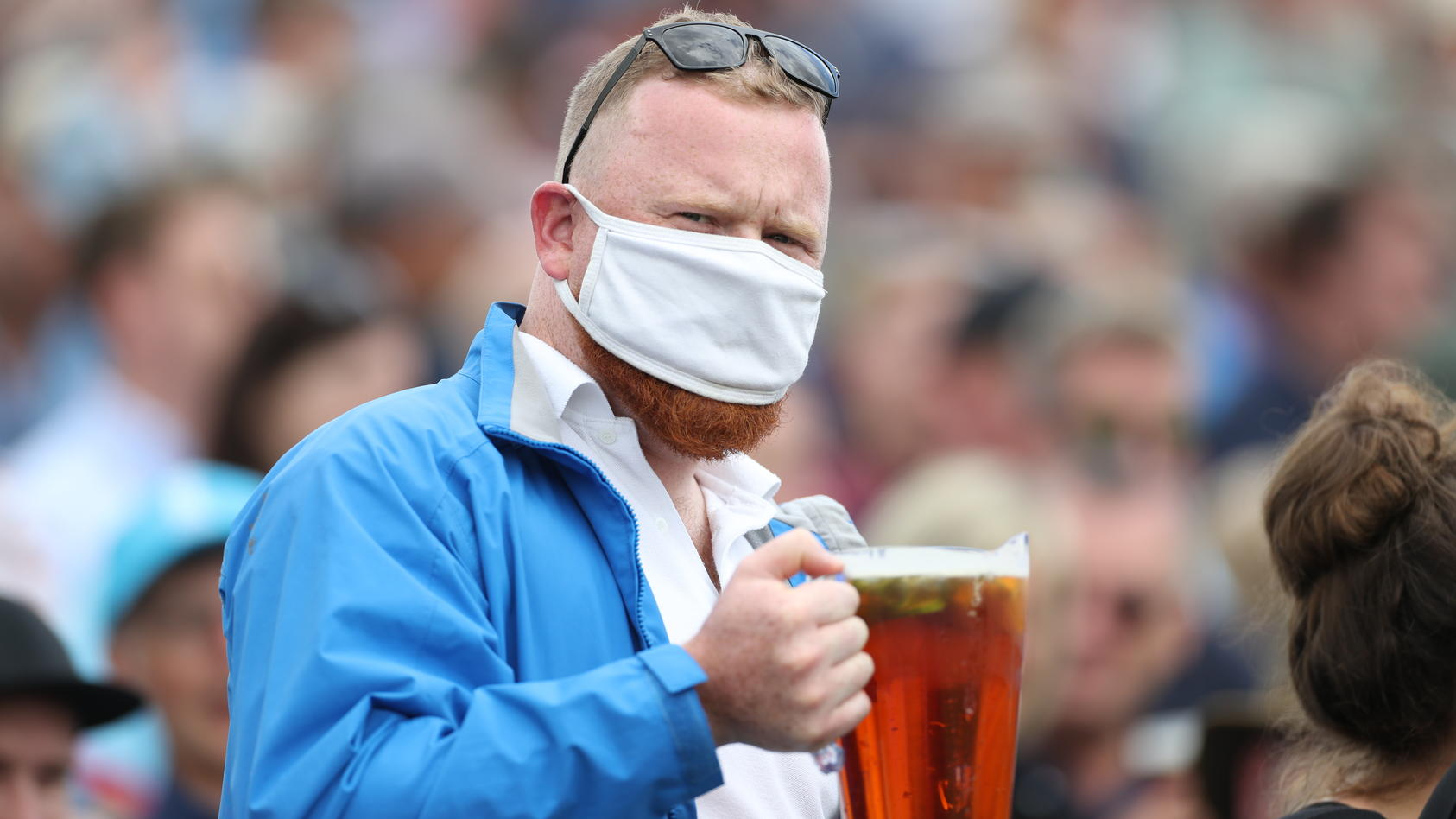 Fußball-Fan mit Bier.