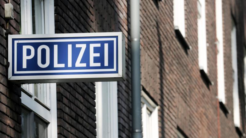 """Ein Schild mit der Aufschrift """"Polizei"""" hängt an einem Polizeipräsidium. Foto: Roland Weihrauch/dpa/Symbolbild"""