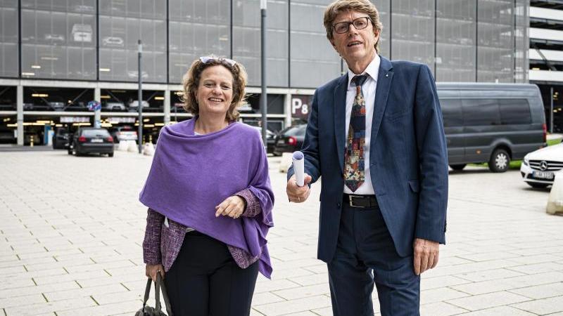 Engelbert Lütke Daldrup und Aletta von Massenbach schauen in die Kamera. Foto: Fabian Sommer/dpa