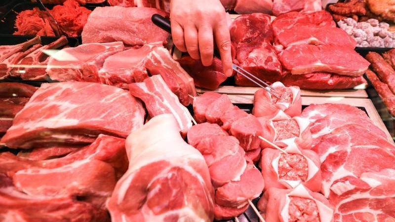 Verschiedene Sorten Schweinefleisch (vorn) und Rindfleisch liegen in einer Fleischtheke. Foto: Jan Woitas/dpa-Zentralbild/dpa/Symbolbild