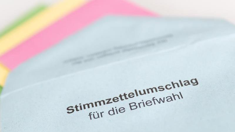 Verschiedene Stimmzettel stecken in einemUmschlag zur Briefwahl. Foto: Friso Gentsch/dpa/Symbolbild