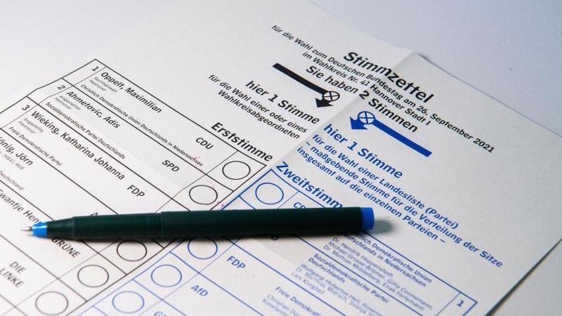 Ein Muster eines Stimmzettels für die Bundestagswahl 2021 liegt auf einem Tisch. Foto: Julian Stratenschulte/dpa/Illustration