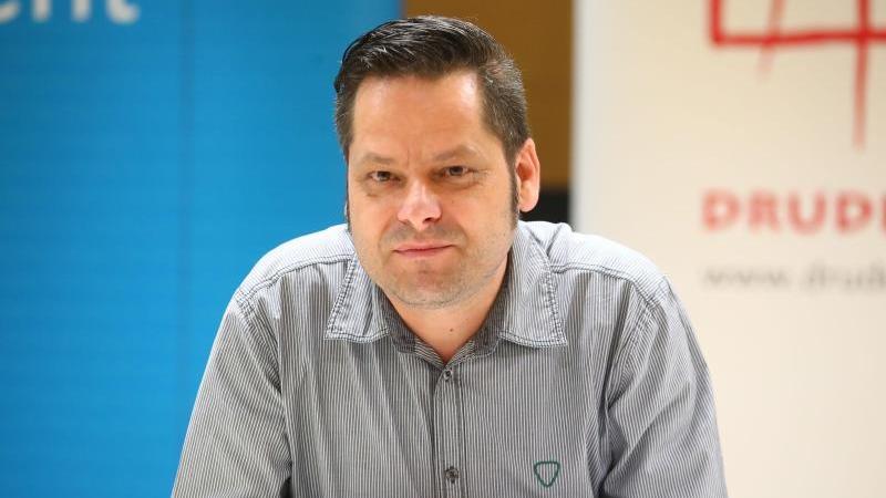 Sebastian Jende, Vorstandsvorsitzender des Jenaer Vereins Drudel 11, nimmt an einer Pressekonferenz teil. Foto: Bodo Schackow/dpa-Zentralbild/dpa/Archivbild